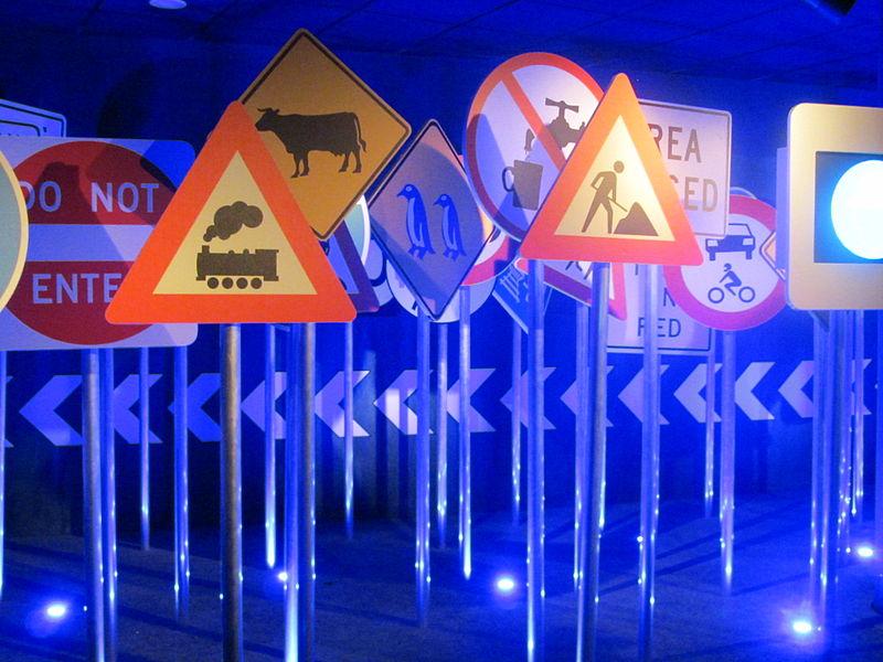 Segnali stradali al Museo Nazionale dell'Automobile di Torino Photo: Pava Wikimedia Commons